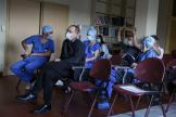 Ensemble, ils déterminent les opérations qui pourront avoir lieu dans les jours qui suivent. Hôpital Lyon Sud, le 13 avril 2021.