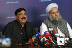 Les ministres pakistanais Sheikh Rashid Ahmed (intérieur, à gauche) et Noor-ul-Haq Qadri (affaires religieuses) à Islamabad, le 15 avril.
