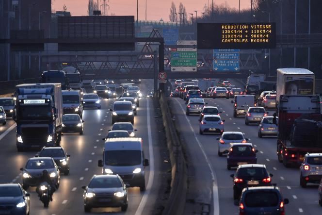 Un panneau affiche des mesures de réduction du trafic pour réduire la pollution autour de la ville de Lille (Nord), le 27 février 2019.