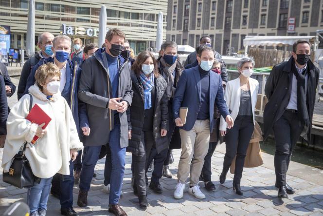 Les participants à la réunion des gauches, à la sortie de la discussion, samedi 17 avril.