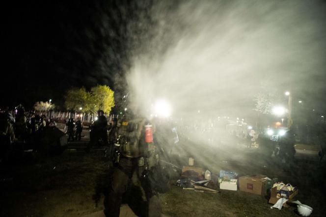Les policiers font usage de gaz poivre sur plusieurs journalistes devant le commissariat deBrooklyn Center (Minnesota), vendredi 16 avril.