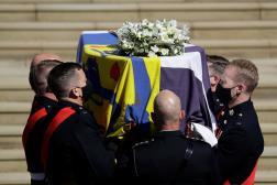 Des soldats de la marine royale portent le cercueil du prince Philip, samedi 17 avril.