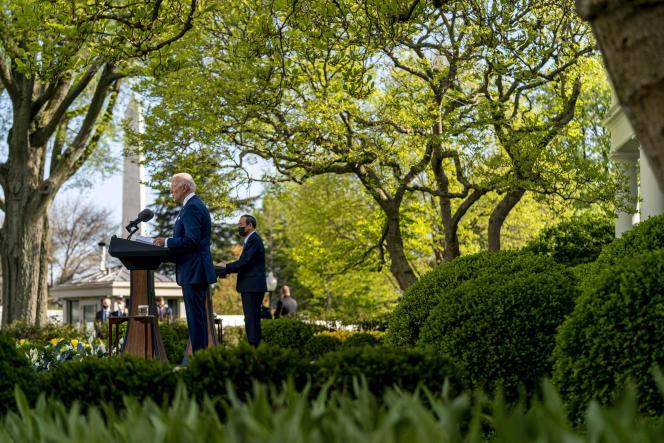 Le président Joe Biden et le premier ministre japonais Yoshihide Suga, dans la roseraie de la Maison Blanche, à Washington, le 16 avril 2021.