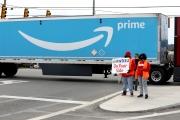Des membres du syndicat RWDSU encouragent les employés d'Amazon à se syndiquer, devant un entrepôtà Bessemer (Alabama), le 5 mars.