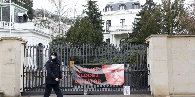 Prague accuse Moscou d'être impliqué dans l'explosion d'un dépôt de munitions en 2014 et expulse des diplomates russes