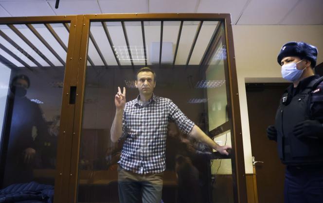 Le leader de l'opposition russe Alexeï Navalny assiste à une audience consacrée à l'examen d'un appel contre une décision de justice qui a transformé sa peine de sursis en peine de prison ferme, à Moscou, en Russie, le 20 février 2021.