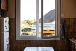 Dans une maison rénovée et isolée récemment, une nouvelle fenêtre a été posée. A Pannes (Loiret), le 2 avril.