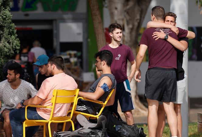 Los jóvenes israelíes se encuentran en las calles de Tel Aviv el 18 de abril sin máscaras.