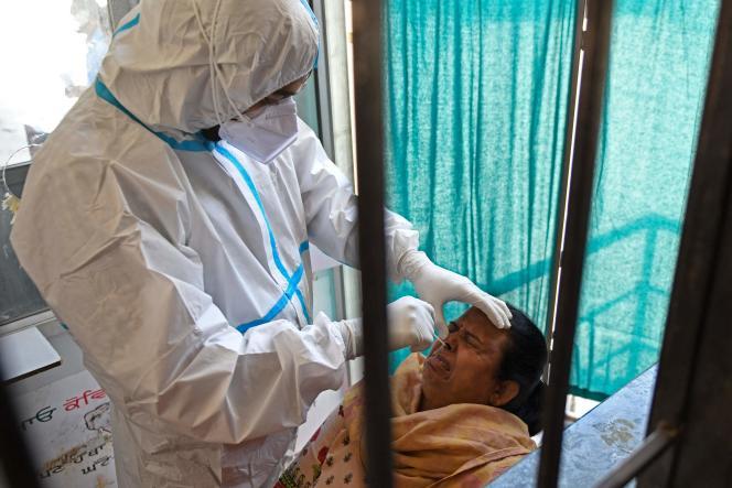 Un personnel de santé réalise un test de dépistage du Covid-19, à Amritsar (Inde), le 18 avril.
