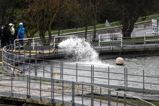 Woda jest pompowana do nowego zbiornika w celu schłodzenia reaktorów elektrowni jądrowej Balwell (Seine-Maritime) w dniu 20 stycznia.