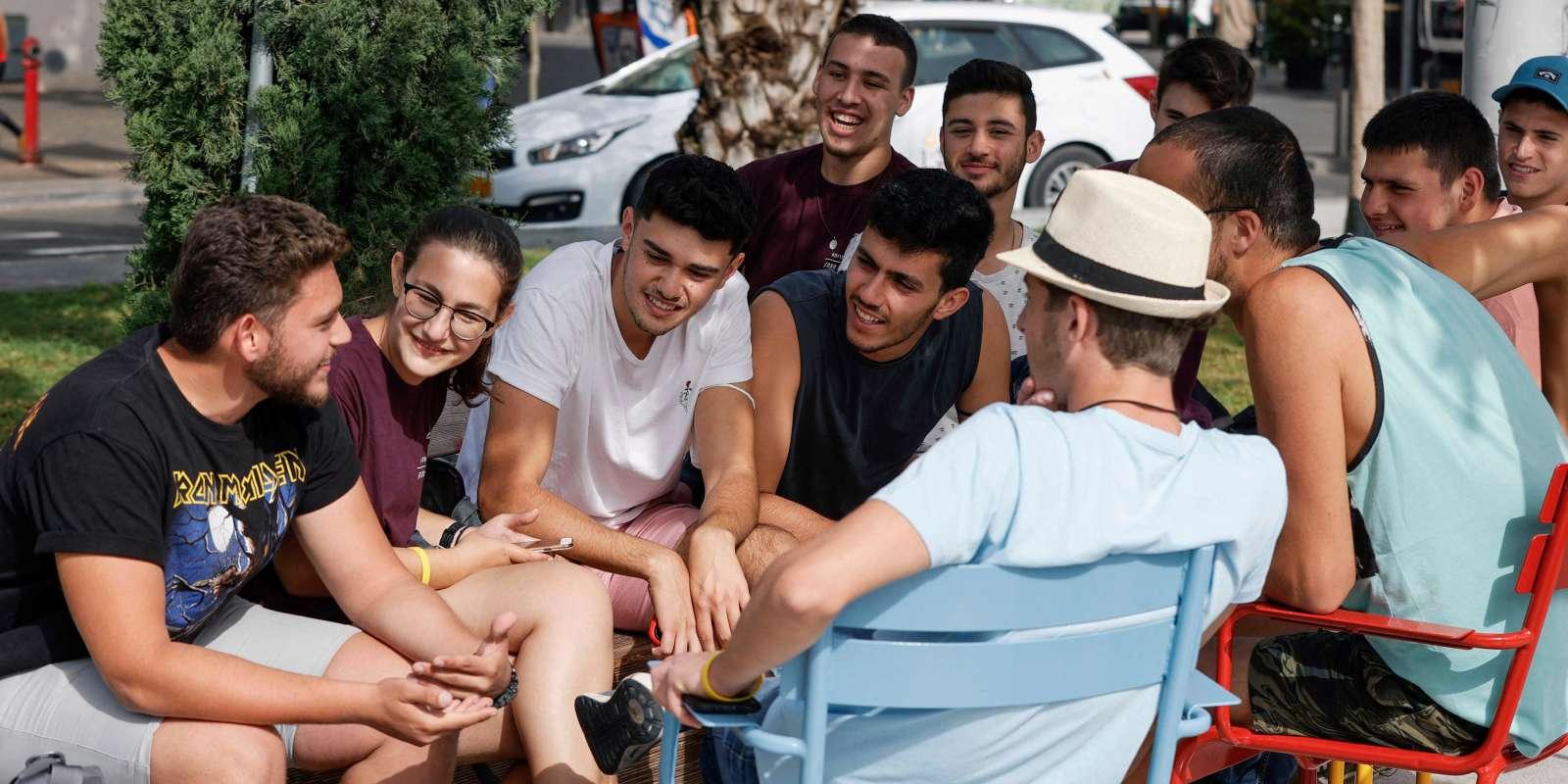 Des jeunes rassemblés dans une rue de Tel Aviv, le 18 avril 2021. Depuis ce jour-là, les Israéliens n'ont plus à porter de masque en extérieur dans les lieux publics.