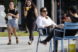 Des Israéliens profitent des terrasses ouvertes et des rues de Tel-Aviv sans masque, le 18 avril.