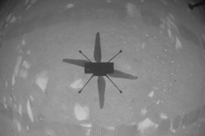 L'ombre de l'hélicoptère Ingenuity sur le sol martien pour son premier vol, le 19 avril.