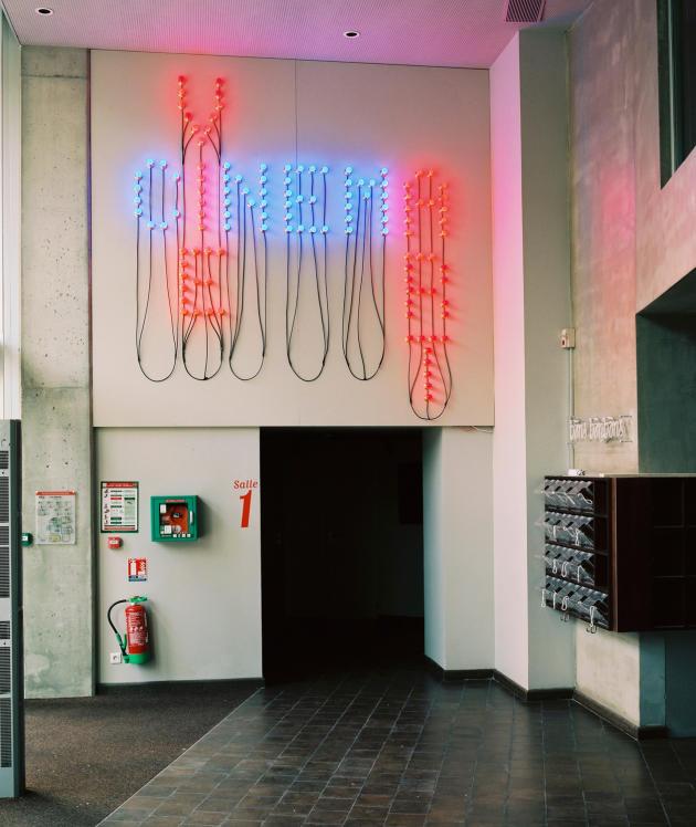 A l'entrée du cinéma MK2 Nation, propriété des frères Karmitz, une installation lumineuse de Christian Boltanski, «Cinéma, art et vie».