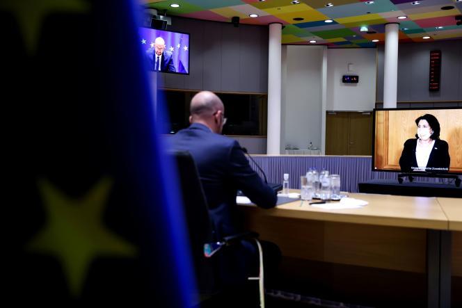 رئیس جمهور گرجستان سالومه زورابیشویلی در یک کنفرانس ویدیویی با رئیس شورای اروپا چارلز میشل هنگام امضای توافق نامه پایان دادن به بحران سیاسی فعلی در گرجستان در 19 آوریل.