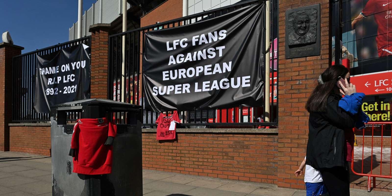 Aux abords d'Anfield, le stade du club de football de Liverpool, des supporteurs ont installé une bannière contre le projet de Superligue, le 19 avril.