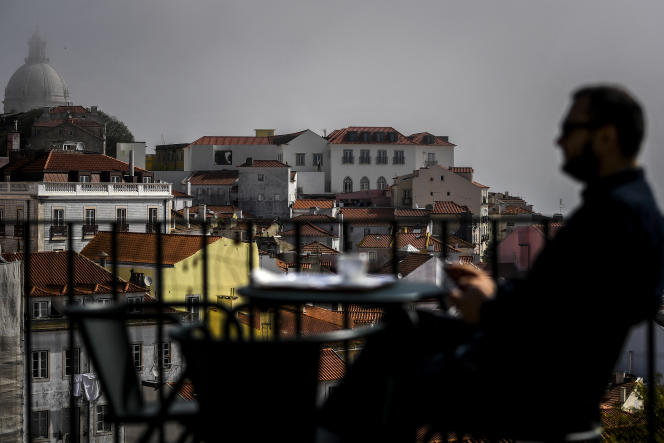 A une terrasse de café à Lisbonne, le 5 avril.