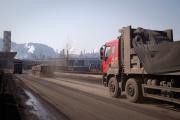 Un camion chargé de charbon se dirige vers une usine d'acier à Tangshan (Chine), le 2 mars 2017.