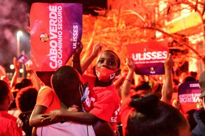 Des partisans duMouvement pour la démocratie (MpD) célèbrent la victoire annoncée du parti au pouvoir aux élections législatives, dimanche 18 avril, à Praia.