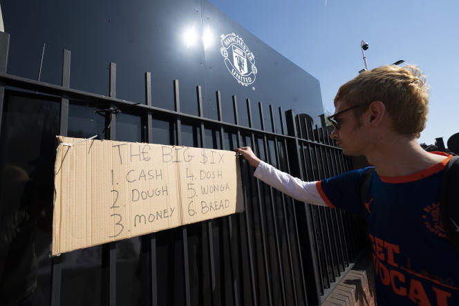 A Manchester United supporter hung a poster outside Old Trafford Stadium on April 19 against the Super League plan.
