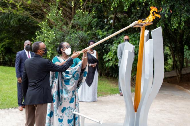 Photo : Le mémorial du génocide rwandais à Kigali avec le presidentPaul Kagame et sa femme Jeanette Kagame, le 7 avril 2021.