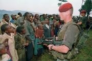 Deux soldats français montent la garde dans le camp Nyarushishi qui accueille des réfugiés tutsi, au Rwanda, le 30 avril 1994.
