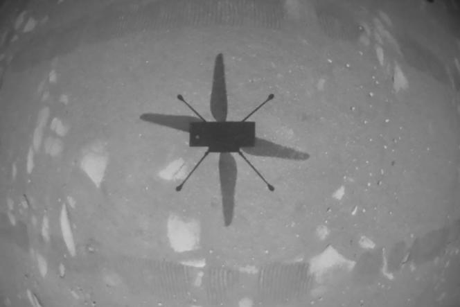 L'ombre de l'hélicoptère Ingenuity sur le sol martien pour son premier vol, le 19 avril 2021.