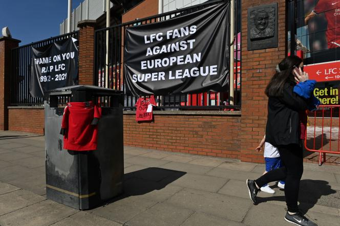Des supporteurs manifestent contre la participation de leur club au projet de Super Ligue,àLiverpool (Royaume-Uni), le 19 avril.