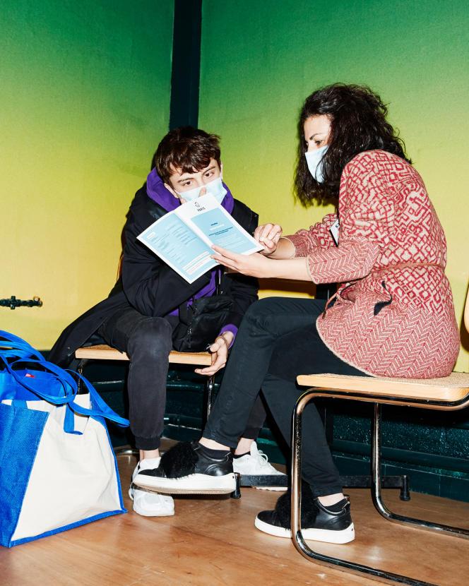 Une thérapeute des Psys du cœur propose son aide à un étudiant lors d'une distribution de nourriture, à Paris, le 17avril.