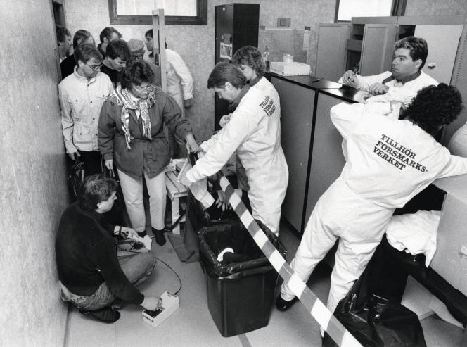 Mesure du taux de radioactivité des vêtements des employés de la centrale suédoise le 28 avril 1986.
