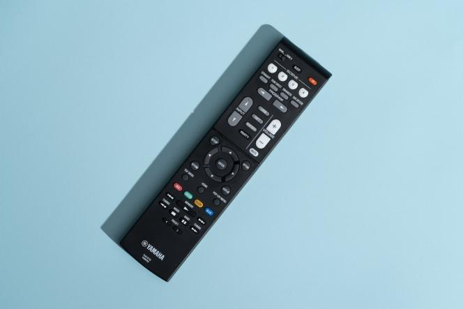 La télécommande du Yamaha RX-V6A offre un nombre de touches plutôt réduit, et sa réponse est parfois un peu lente. Une télécommande universelle sera peut-être préférable.
