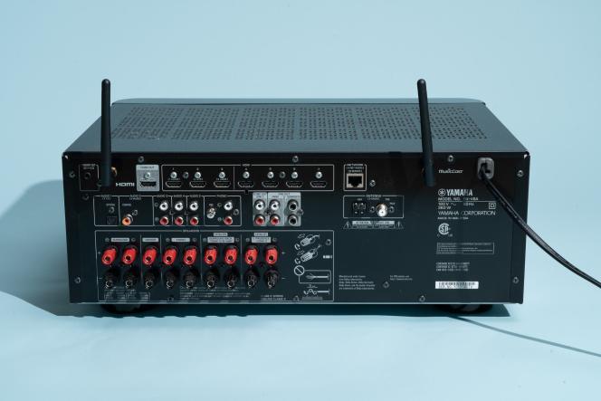 Le RX-V6A propose pas moins de sept entrées HDMI, mais il est moins généreux en ce qui concerne les autres connexions analogiques ou numériques.