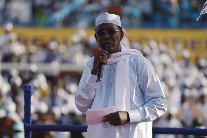 De 68-jarige was beroepsmilitair en rebellenstrijder voordat hij de macht greep tijdens een staatsgreep in 1990 en werd herkozen voor een zesde termijn.  En hij volgt een militaire raad op die wordt geleid door een van zijn zonen.
