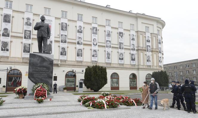 W Warszawie 10 kwietnia, w rocznicę katastrofy samolotu, która go zabiła, przed pomnikiem w hołdzie prezydentowi Lekowi Kaczyńskiemu.