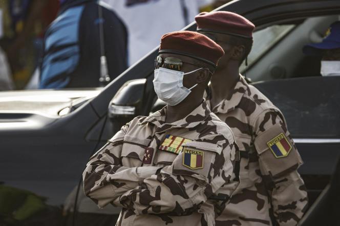 Een militaire raad onder leiding van een van zijn zonen, Muhammad Idris Deby Itno, een 37-jarige viersterrengeneraal en commandant van de presidentiële garde, is verantwoordelijk voor zijn vervanging.
