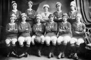 L'équipe de football féminin de l'usine de munitions AEC, à Beckton (Londres), pendant la première guerre mondiale.