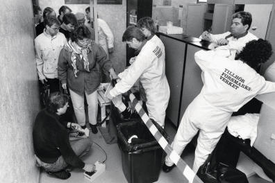 The remediation team at Forsmark under the leadership of Eero Mattilainen (on the floor) measures for radioactivity on the employees' clothes in connection with a suspected leakage of radioactive radiation from one of Forsmark's nuclear power reactors in Osthammar, Sweden, on April 28, 1986. It soon became apparent that the high values of radioactive fallout in large parts of eastern Sweden came from a meltdown in a nuclear power plant in Chernobyl in the Soviet province of Ukraine. Photo: Ingvar Karmhed / SvD / TT / Code: 11014 Requested by Lucy Conticello Rédactrice Photo M, Le magazine du Monde (Photo by Ingvar Karmhed/SvD/ / TT NEWS AGENCY / TT News Agency via AFP)