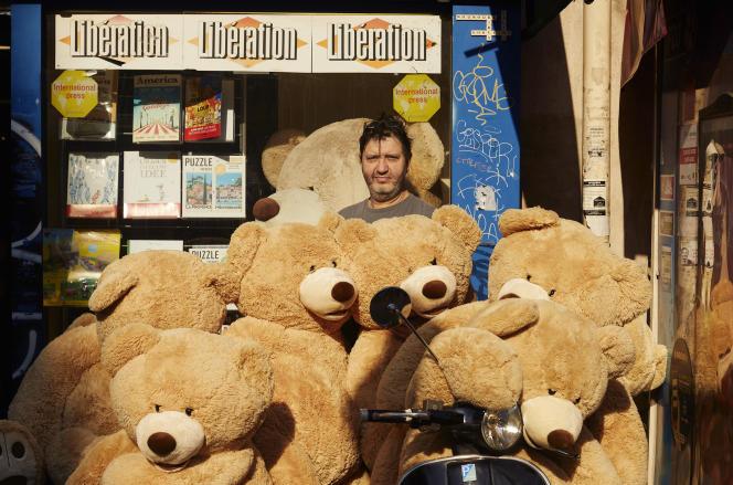 Philippe Labourel avec ses « Nounours des Gobelins », devant sa boutique, à Paris (13e),le 19 avril.
