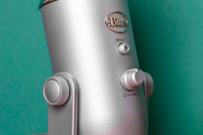 Le devant du Yeti est doté d'un bouton «mute » lumineux et du contrôle volume de la sortie casque.