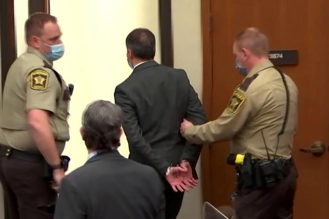 Derek Chauvin est emmené menotté après le verdict le déclarant coupable du meurtre de George Floyd, à Minneapolis (Minnesota), le 20 avril.