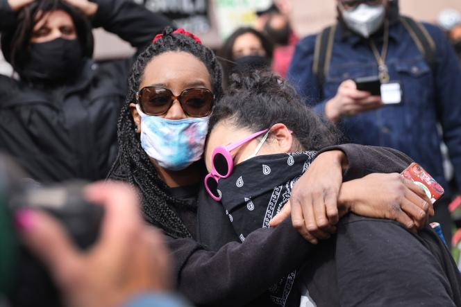 Des habitants venus célébrer le verdict du procès deDerek Chauvin sont gagnés par l'émotion, à Minneapolis (Minnesota), le 20 avril.