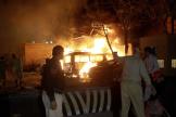 Les chaînes d'information pakistanaises ont diffusé des images de voitures en feu.