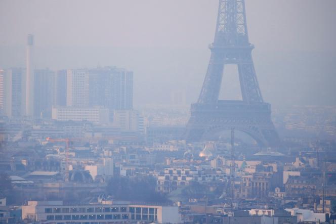 La Tour Eiffel lors d'un épisodede pollution aux particules fines le 9 décembre 2016.