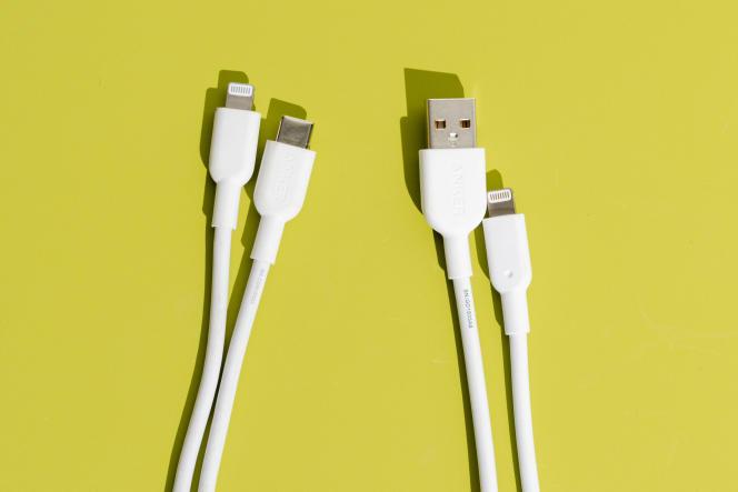 Le câble USB-C vers Lightning d'Anker (à gauche) est doté du même gainage et du même collier anti-torsion que son câble USB-A vers Lightning (à droite).