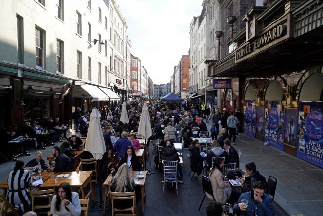 Dans les rues du quartier de Soho à Londres, le 16 avril.