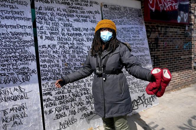 Marcia Howard devant les trois panneaux qui listent les 24 revendications formulées par les activistes, à côté de la place rebaptisée George-Floyd, le 21 avril, à Minneapolis.