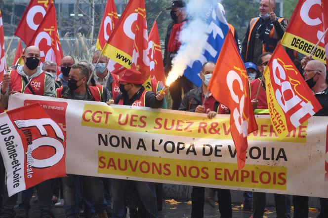 Lors d'une manifestation de salariés de Suez contre le rachat de l'entreprise par Veolia, à la Défense (Hauts-de-Seine), le 29 septembre 2020.