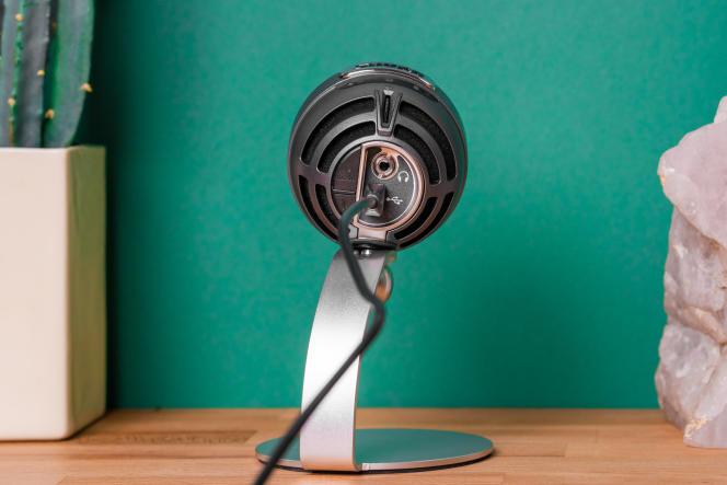 Les boutons simples et la prise casque à l'arrièredu micro permettent de contrôler rapidement le son.