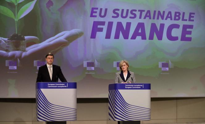 Le vice-président de la Commission, Valdis Dombrovskis, et la commissaire européenne aux services financiers, Mairead McGuinness (à droite), lors d'une conférence de presse sur la «finance durable», à Bruxelles, le 21 avril 2021.