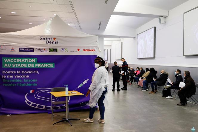 File d'attente à Saint-Denis (Seine-Saint-Denis) pour la vaccination contre le Covid-19, le 26 avril2021.